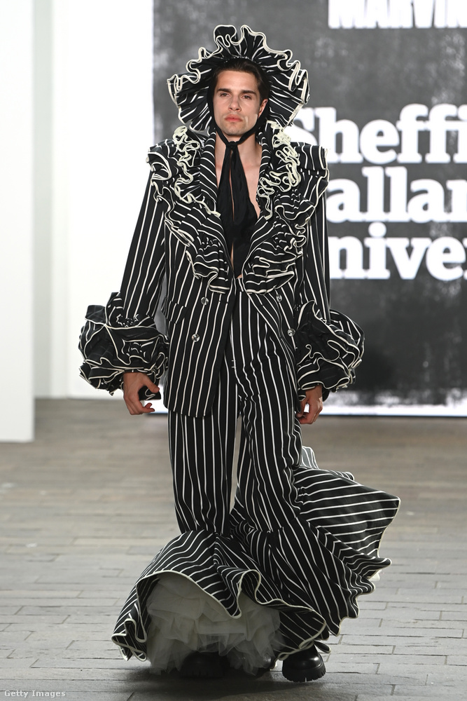 Marvin Lunát mintha a My Fair Lady híres lóversenyjelenetének legendássá vált kosztümjei ihlették volna, csak hát itt nem egy Lady az, aki annyira Fair a fekete-fehér csíkos, fodros, sellőfazonú ruhában.