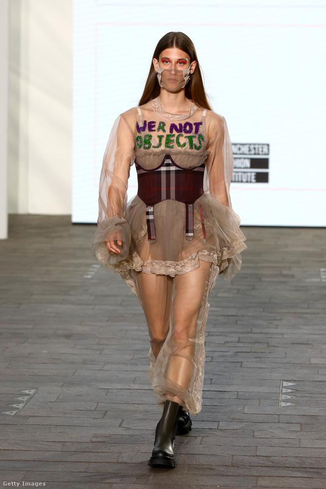 Demi Munro nem bízta a véletlenre, hogy átmegy-e az üzenete: ráírta fehérneműt és átlátszó ruhákat viselő modellje mellkasára, hogy NEM VAGYUNK TÁRGYAK.