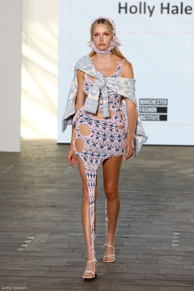 És végül Holly Hale tervező egyik munkáját mutatjuk, és ő aszimmetrikus kivágásokkal tette látványossá ezt a ruhát