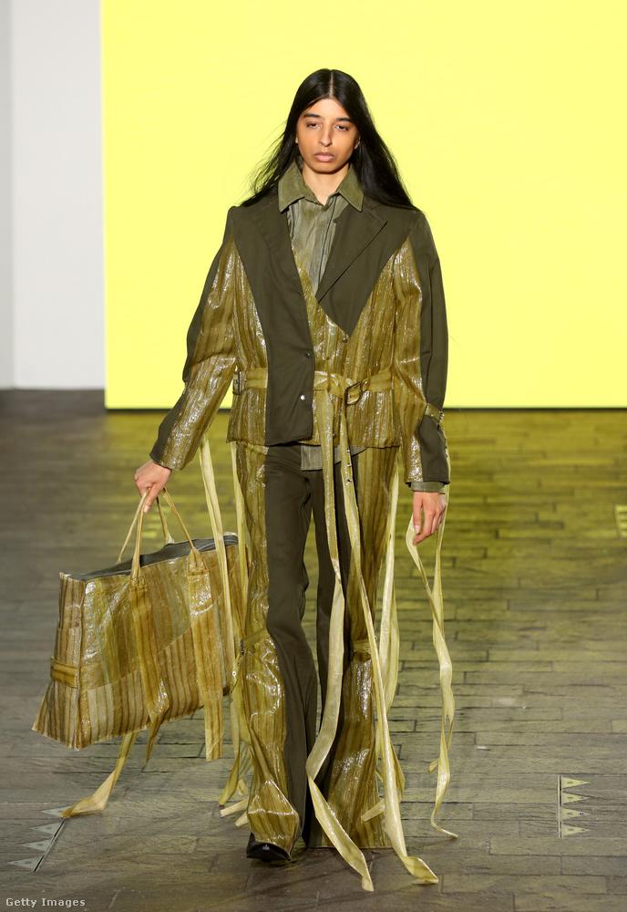 Lucy Mitchell szomorkás modellje úgy néz ki, mintha a költözéskor használt kartondobozok lezárásához szükséges ragasztószalagból tapadt volna rá néhány hosszú darab, és nem tudna tőlük megszabadulni