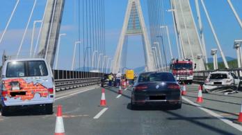 Tetőcsomagtartóról lerepült vasak nyársaltak fel egy autót a Megyeri hídon