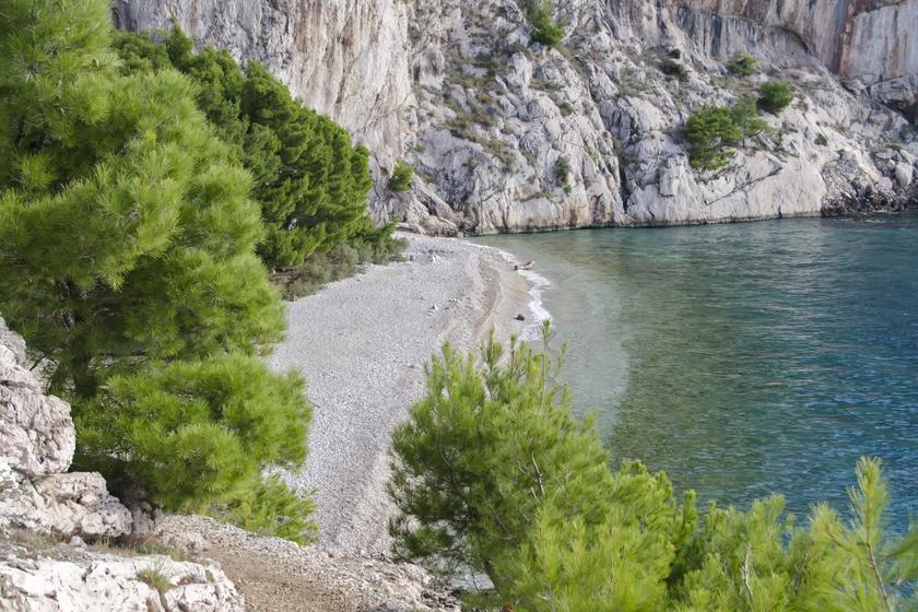 A Makarskai riviérán, Makarska és Tučepi között található Nugal Beach, ami egy félreeső, paradicsomi szépségű strand, magas szirtek árnyékában fekszik, és a nudisták kedvelt célpontja. Erdőn keresztül gyalog vagy a tenger felől hajóval közelíthető meg.