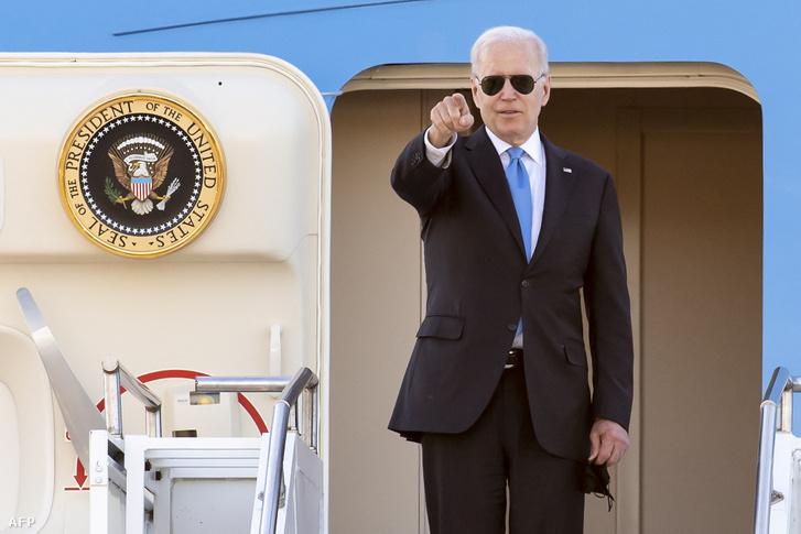 Joe Biden a genfi reptéren, az Air Force One repülőgép felszállása előtt