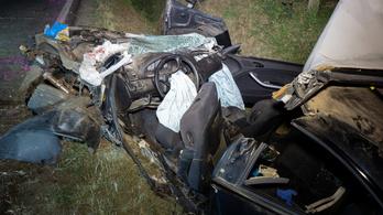 Szörnyethalt egy 17 éves lány, és négyen megsérültek, amikor autójukkal az árokba csapódtak