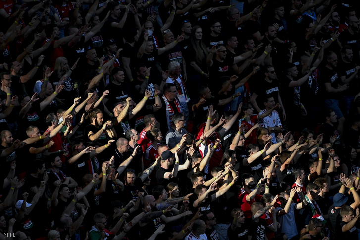 Magyar szurkolók a 2020-as labdarúgó-Európa-bajnokság F csoportjának első fordulójában játszott Magyarország–Portugália-mérkőzésen a Puskás Arénában 2021. június 15-én