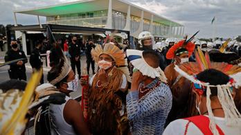 Indiánok nyilazták a brazil törvényhozást