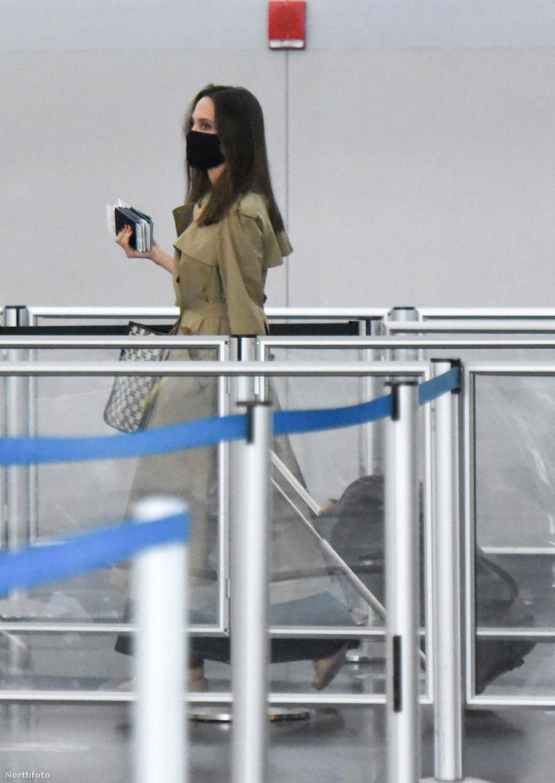 Jolie a JFK repülőtéren