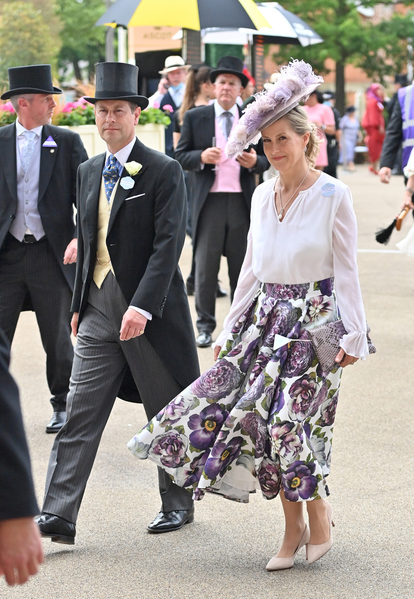 Zsófia grófné virágmintás szoknyáját imádtuk, a kreációt a Suzannah divatházból szerezte be.
