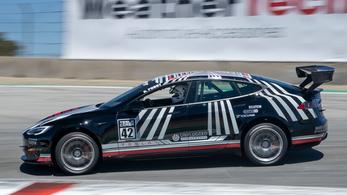 Rögtön versenyautót faragtak a Tesla Plaid-ből