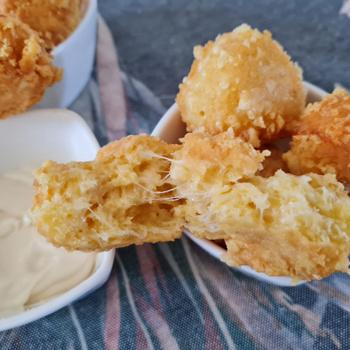Aranybarnára sült sajtgolyó: mindössze 3 hozzávalóra van szükség hozzá