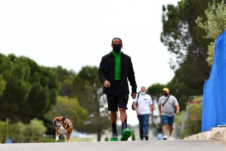 Ma megint csütörtök van, és ezúttal Párizsban fotózták Hamilton és kutyáját, Roscoe-t.