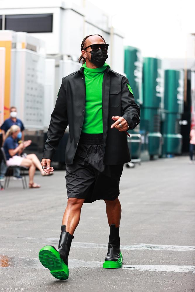 A short ezen a képen valamiért szoknyának néz ki, de nem ez a lényeg itt, hanem a fekete-zöld színkombináció ezzel az igen látványos, Bottega Veneta márkájú bakanccsal.