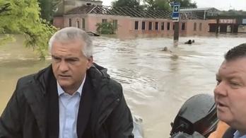 A miniszter csónakon utazott, emberei úszva követték