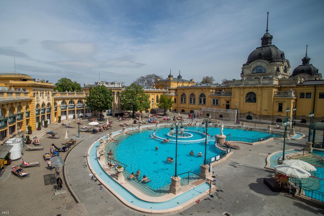 Látogatók a fővárosi Széchenyi fürdőben 2021. május 1-jén