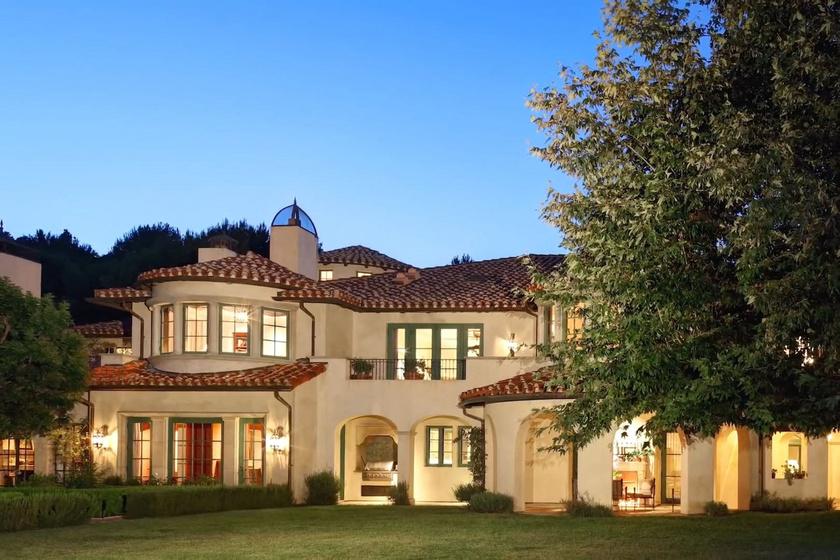 Íme, a mediterrán stílusban épült ház és a nagyszerű kert!