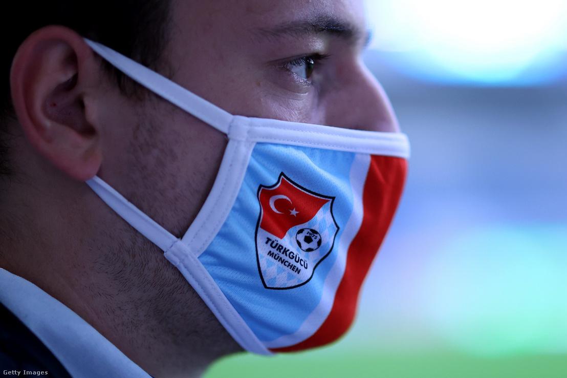 Egy férfi arcmaszkot visel Türkgücü München-címerrel Magdeburgban, Németországban 2020. október 6-án