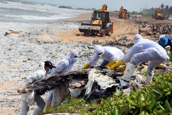 Srí Lanka partjainál az elsüllyedt MV X-Press Pearl konténerhajó kiégett rakományát takarítják el