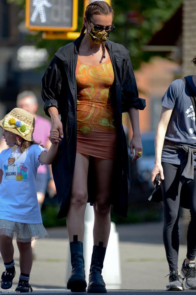 Igazából elég érdekes ez a kontraszt, ahogy a keresett New York-i modell döglesztő ruhákban sétál a városban, és az esetek egy részében közben ott van a négy éves lánya is.
