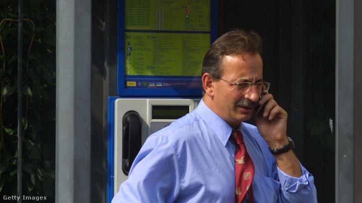 Telefonáló férfi egy prágai nyilvános állomásnál 2002. augusztus 23-án