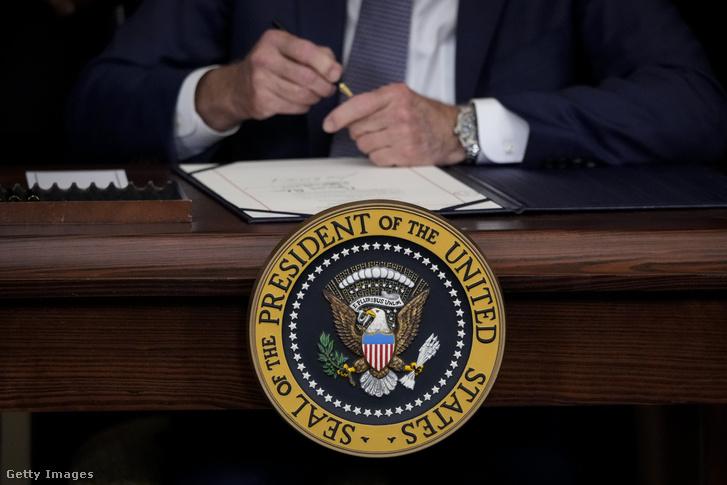 Joe Biden aláírja a június 19-ét nemzeti ünneppé nyilvánító törvényt a Fehér Házban, 2021 június 17-én