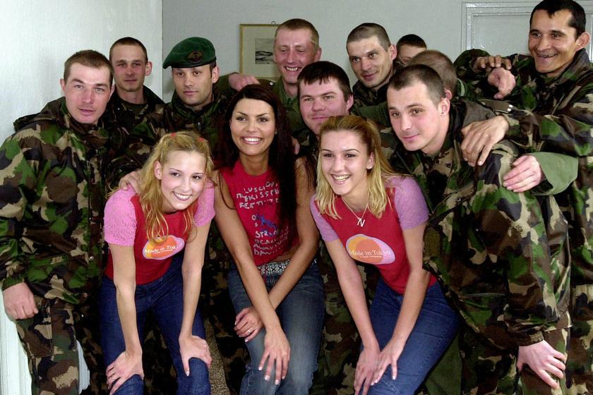 Betty Love katonák gyűrűjében, miután 2003 áprilisában fellépett a szombathelyi Savaria Kiképző Központban rendezett nyitott laktanya napon.
