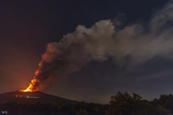 Láva ömlik az Etna tűzhányónak, Európa legnagyobb és legaktívabb vulkánjának egyik kráteréből a szicíliai Catania közelében 2021. június 17-én éjjel