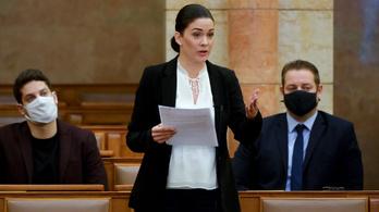 Hollik István hazudott, Demeter Márta pert nyert a kormány ellen