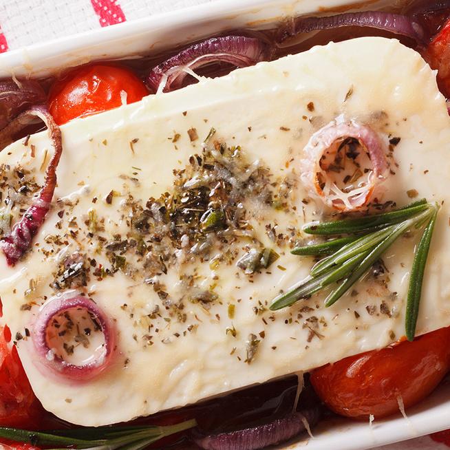 Egészben sült feta sajt görög módra: kenyérrel, de pitával falatozva is mennyei
