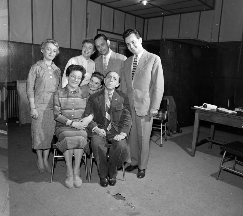 Szabó család az 1959-es induláskor. Ülnek: Gobbi Hilda (Szabó néni) és Szabó Ernő (Szabó bácsi), közöttük Havas Gertrúd (Icu kisfia, Zoli, gyermekként), mögöttük Vörösmarty Lili (Icu), Balogh Erzsi (Irén, Bandi felesége), Gálcsiki János, Garics János (Laci) színművészek.