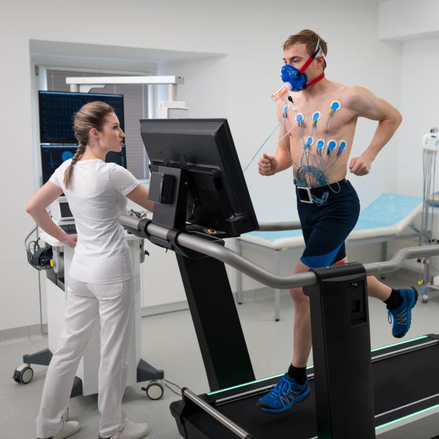 Gyorsan csökkenthető a vérnyomás a jó módszerrel: súlyos betegségek előzhetők meg a mozgással