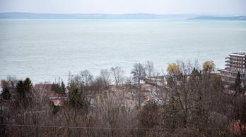 Kormány kontra Balatonvilágos: ki építheti be a tópartot?