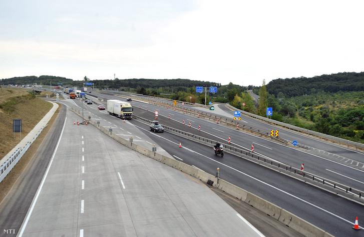 Járművek haladnak az M0 autópálya M1 és M6 közti kétszer három sávosra bővített szakaszán Budapesten, 2012. augusztus 23-án