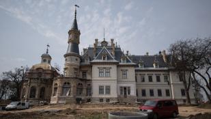 Szűk negyedmilliárdot bukott Tiborcz István a felújított turai kastélyszállón