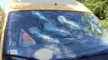 Késsel és kerti törpével verte szét volt férje autóját az esztergomi nő