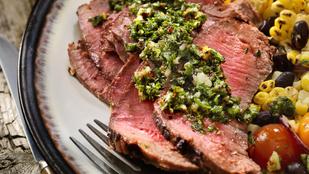 Készíts salátát a grillezett steakből – kukoricásan, olívával a legfinomabb