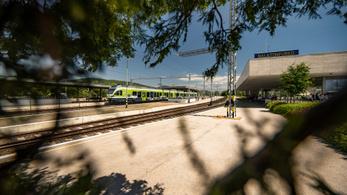 Itt a nyári menetrend, vonattal és busszal is könnyebb, kényelmesebb a Balatonra utazni