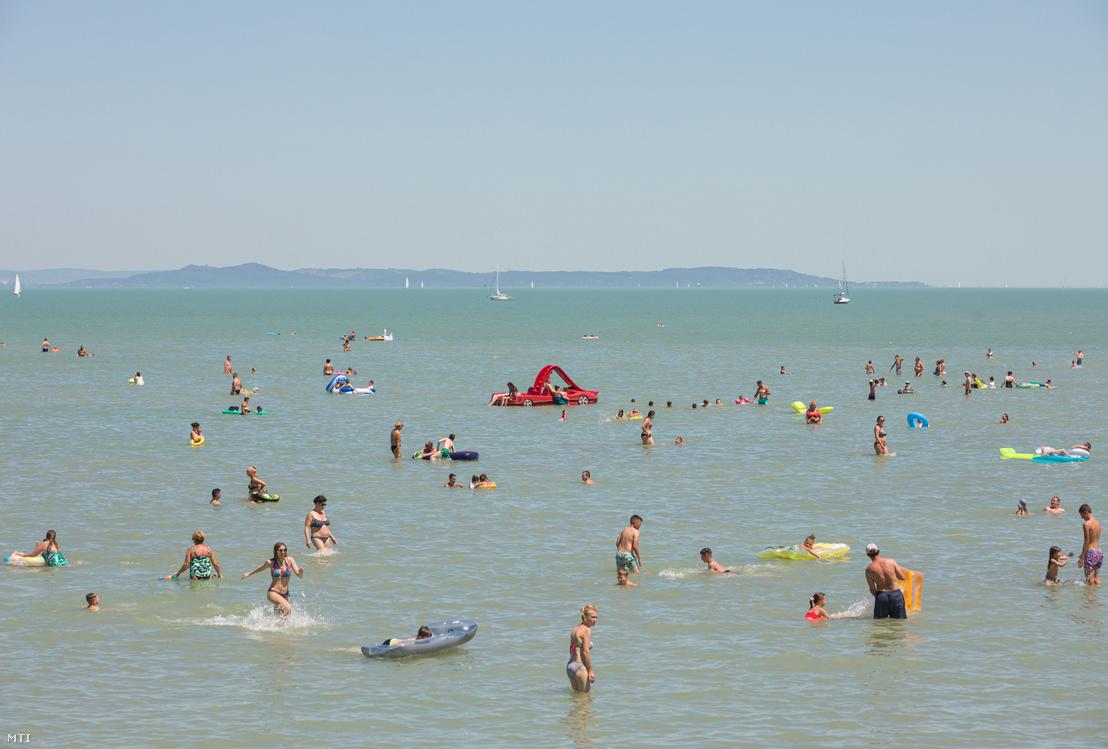 Fürdőzők Balatonlellén 2020. július 10-én