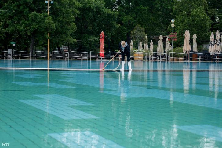 Takarítják a Harkányi Gyógy- és Strandfürdő egyik medencéjét 2020. május 27-én