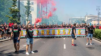 Perzselő hőségben vonulnak tízezrek a Puskás Aréna felé