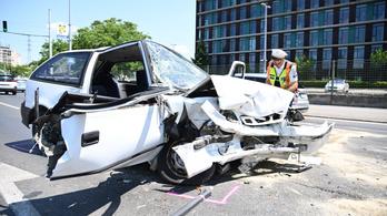 Felismerhetetlenségig roncsolódott egy kocsi a Váci úti hármas karambolban