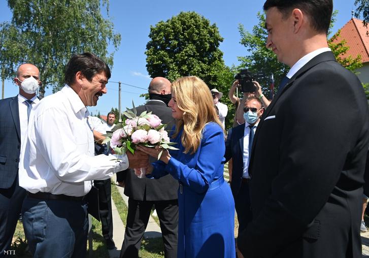 Áder János köztársasági elnök (b) és Zuzana Caputová szlovák államfő valamint párja, Juraj Rizman (j) a magyar állami támogatással felújított Rákóczi Várkastély átadásán a felvidéki Borsiban 2021. június 19-én
