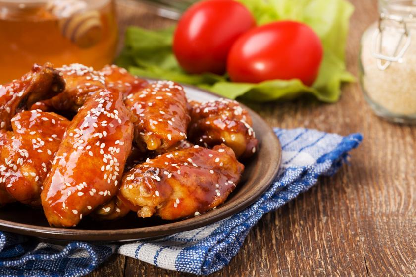 Mézes, fokhagymás csirke szezámmaggal bolondítva: a hús vajpuhára sül