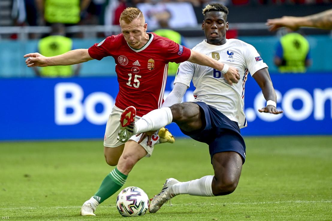 Kleinheisler László (b) és a francia Paul Pogba a Magyarország - Franciaország mérkőzésen a Puskás Arénában 2021. június 19-én