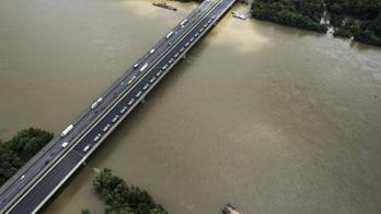 Javítják a Hárosi Duna-hidat, tűzszerészek dolgoznak a Lánchídnál
