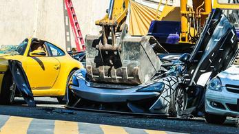 Még McLarent is zúztak a Fülöp-szigeteki vámhivatal demonstrációján
