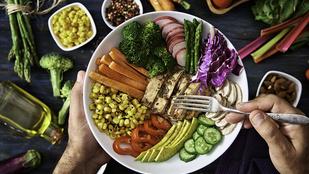 Nyári saláta karajjal – gyömbéres-lime-os dresszinggel szeretjük a legjobban