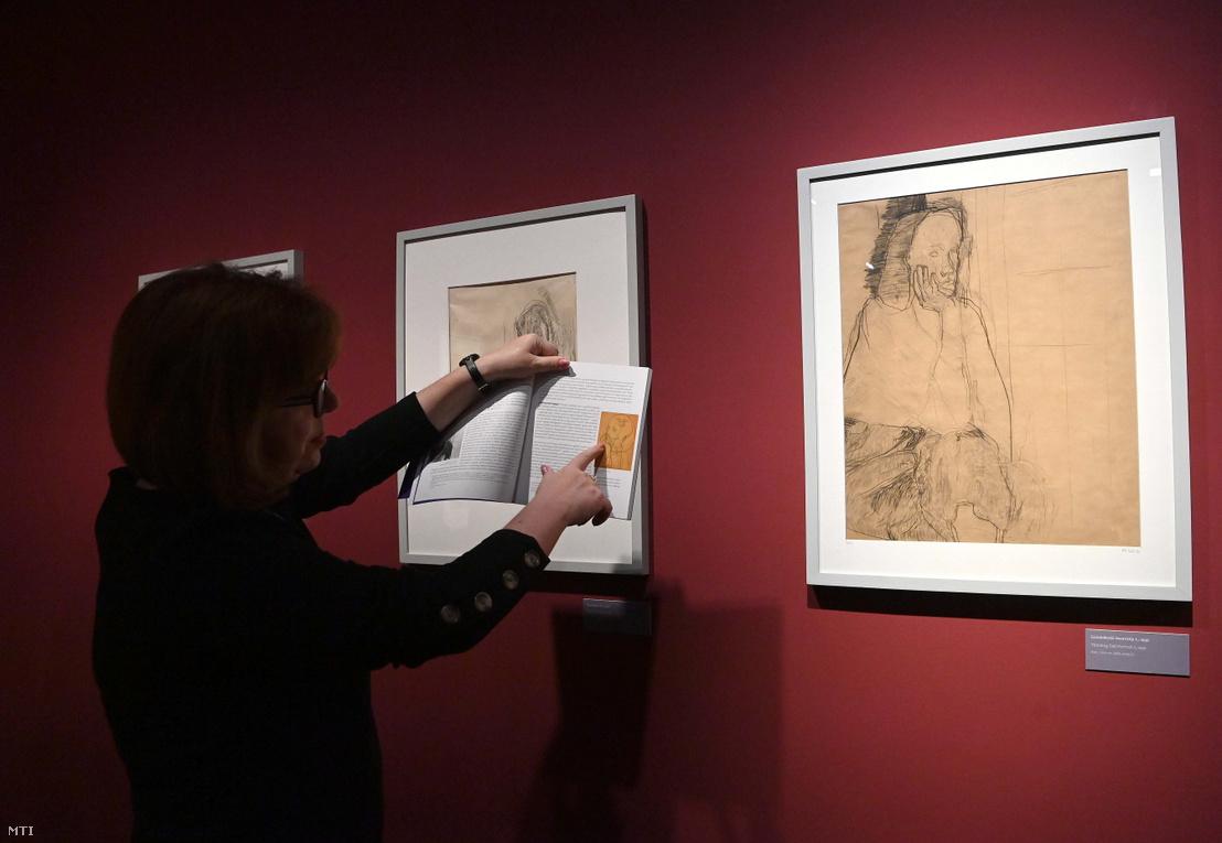 Kolozsváry Marianna kurátor a ...félig kép félig fátyol... Gedő Ilka (1921-1985) grafikái című kiállítás sajtómegnyitóján a Magyar Nemzeti Galériában 2021. május 26-án.