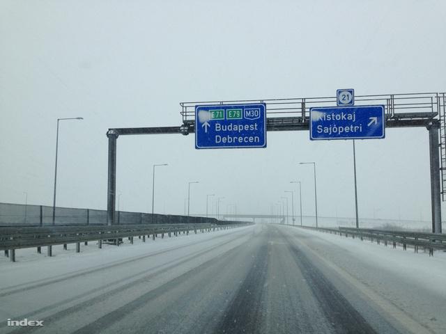 Helyenként jég és vékony hóréteg borítja az M3-t Budapest felé