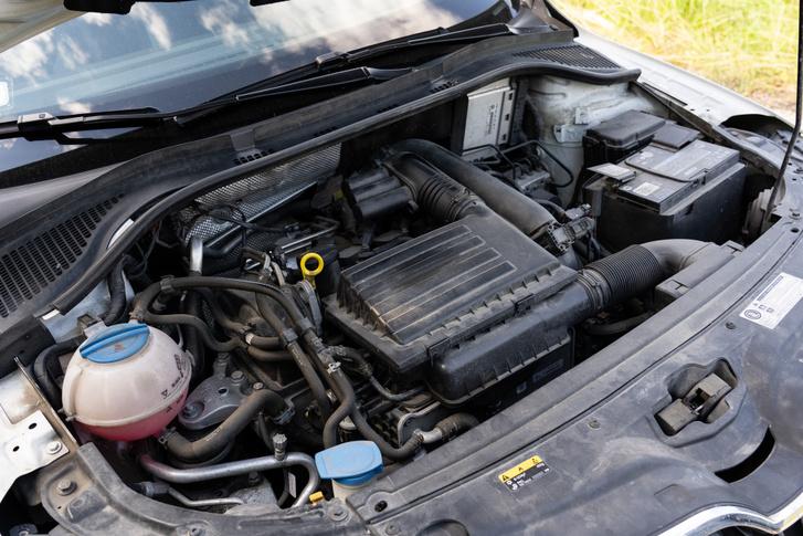 Ránézésre 1,4 TSI is lehetne, kényelmesen elfér itt a motor