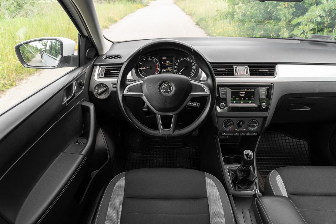 Klasszikus Škoda belső, az órák rajzolata még az első Octaviára emlékeztet